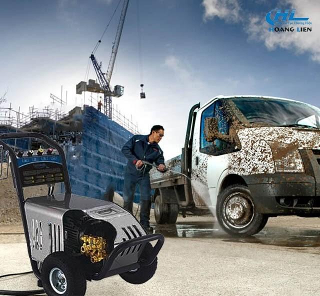 Máy được ứng dụng để xịt rửa xe công trình