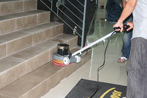 Sử dụng máy chà sàn để chà bề mặt sàn cầu thang